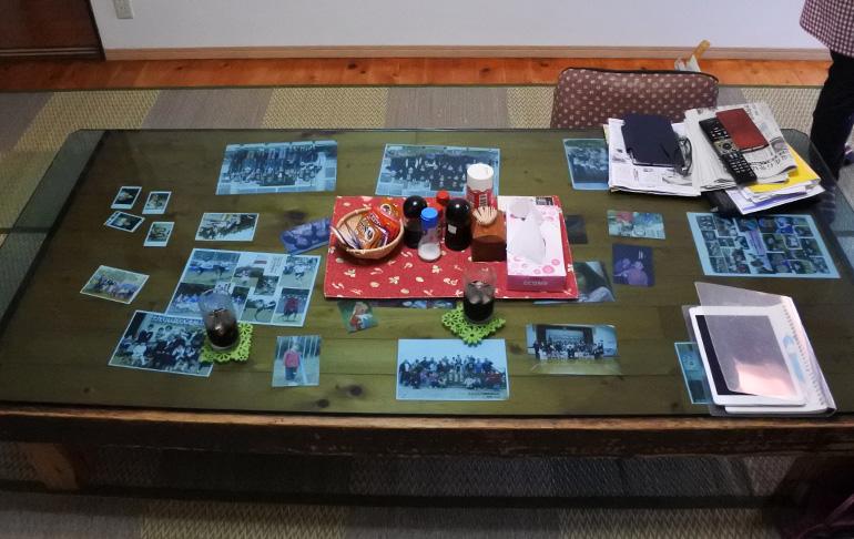 食堂の食卓では、いろんな写真がガラスごしに貼ってあります(いただいたコーヒーがそのままでした、すみません)